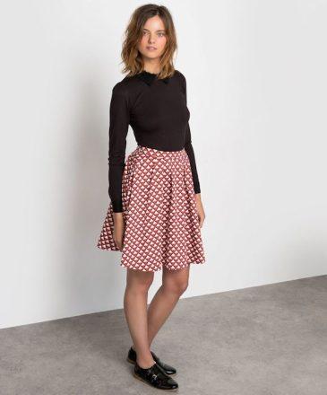 look-retro-jupe-imprimee-sixties-derbies-vernies-noires-double-boucles-580x700